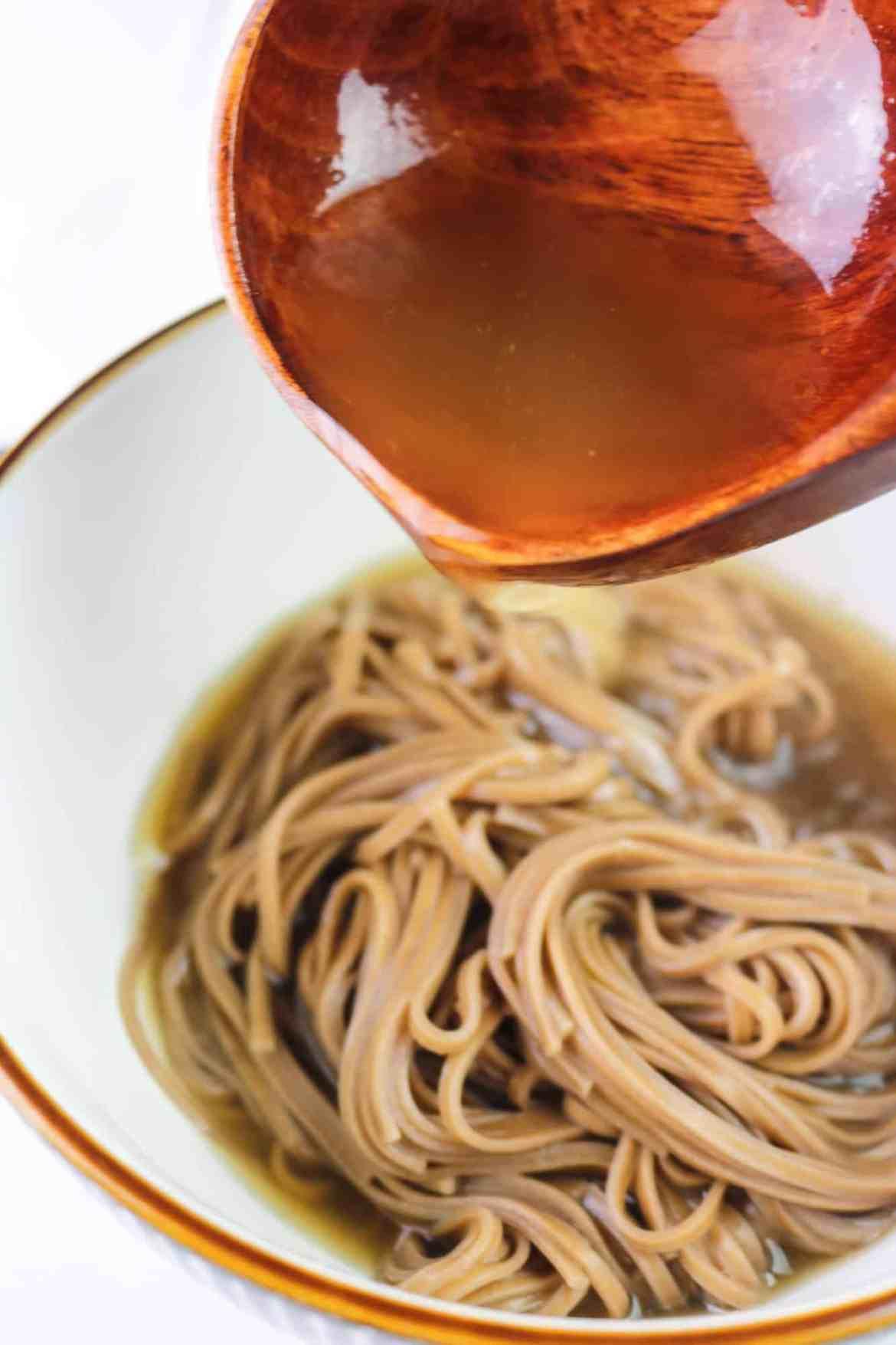 brodo del ramen giapponese su noodle soba di grano saraceno