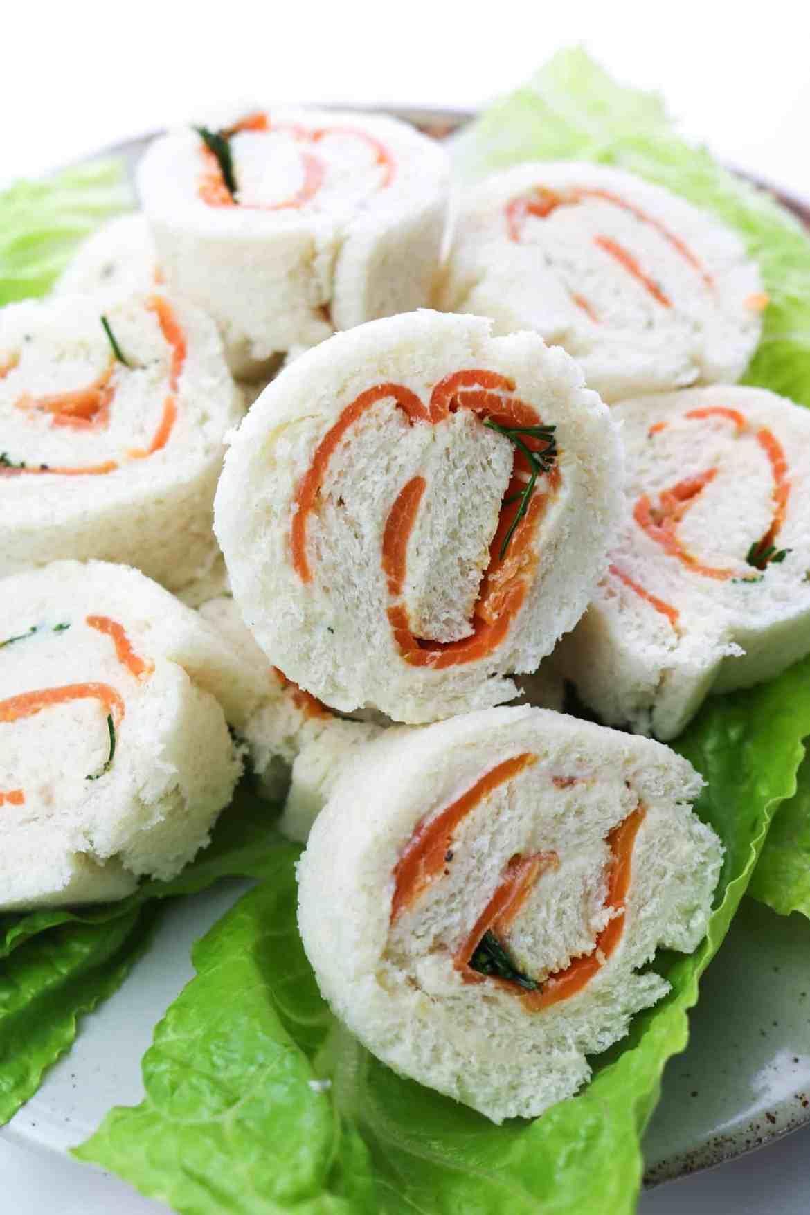 tramezzini vegan arrotolati al salmone e formaggio vegan su piatto da portata dettaglio