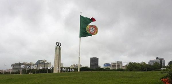 Mau tempo rasca bandeira nacional do Parque Eduardo VII