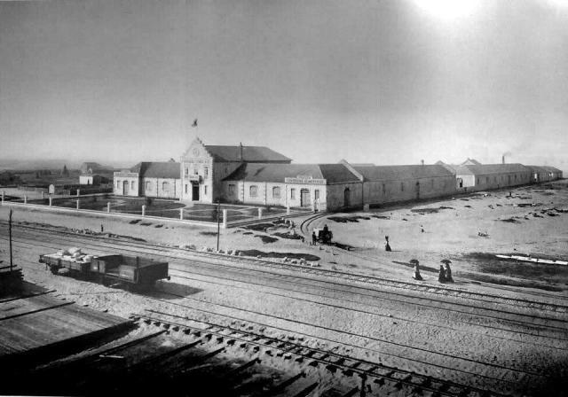 Aparentam estar na fotografia a via larga (Lisboa-Porto) e a via métrica (Espinho-Sernada-Aveiro/Viseu). Acesso a antigas fábricas conserveiras. Anos 1920 (?). Autor desconhecido.