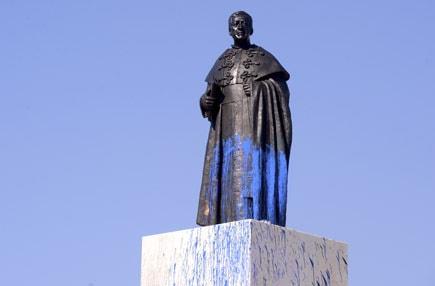 Estátua do cónego Melo vandalizada em Braga