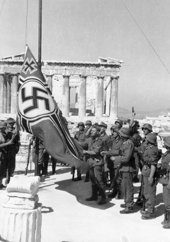 Bundesarchiv_Bild_101I-164-0389-23A,_Athen,_Hissen_der_Hakenkreuzflagge