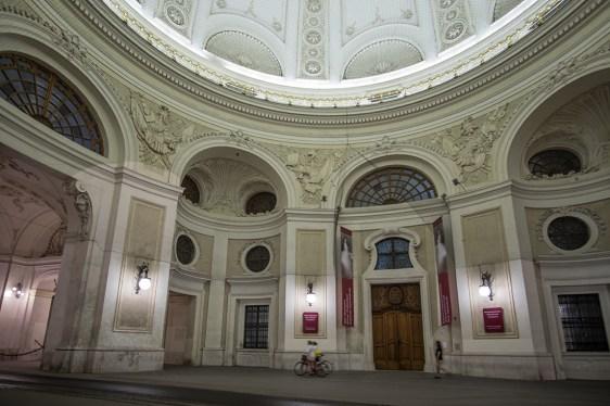 viena-noche-hofburg-gente