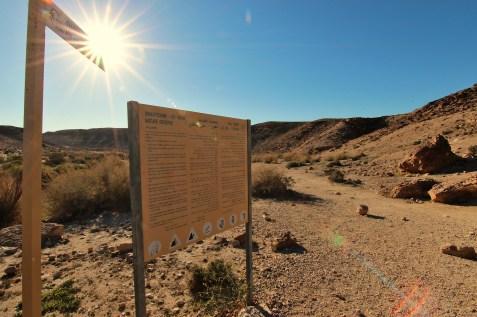 En plein desert du Neguev, il suffit de suivre le soleil pour s'orienter, meme si les panneaux a l'entree de la reserve naturelle se revelent bien utiles aussi.