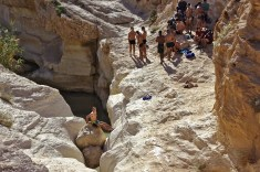 Les plus jeunes et temeraires se jettent a l'eau dans la deuxieme marre en sautant depuis le haut de la falaise a 4 m au dessus du niveau de l'eau.
