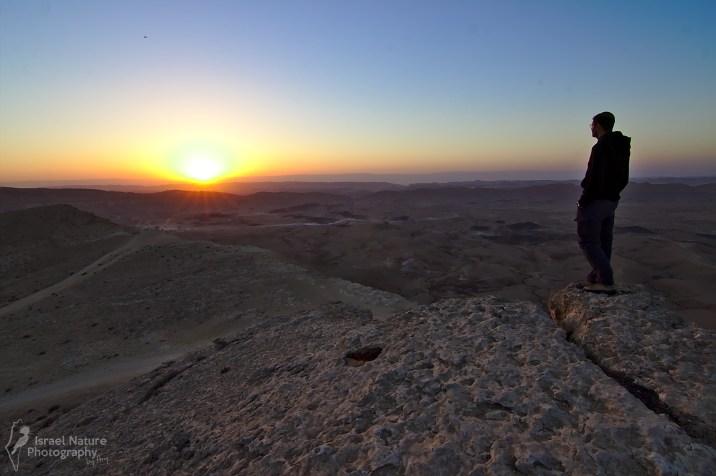 Auto-portrait au lever du soleil. Le petit point au dessus du soleil n'est pas une saleté, mais un ballon dirigeable d'observation qui surveille la zone.