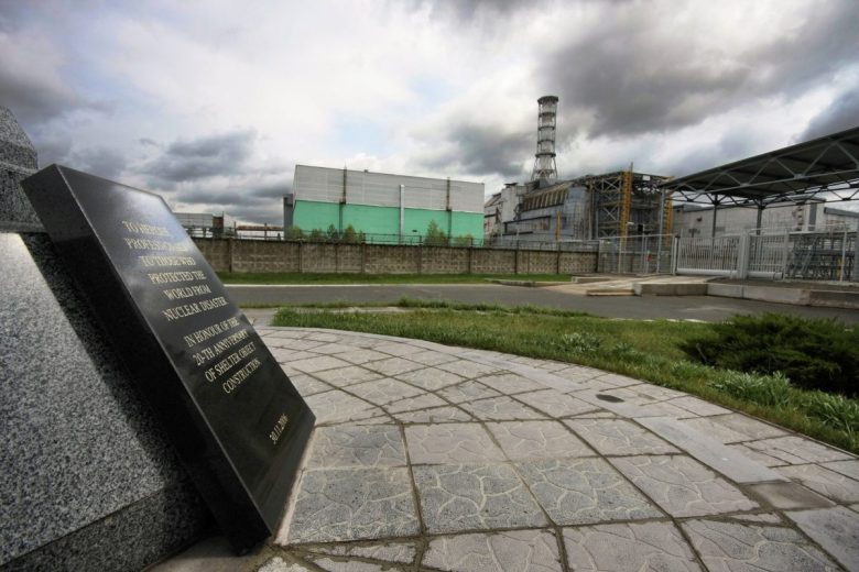 Chernobyl-4_and_the_Memorial_2009-001