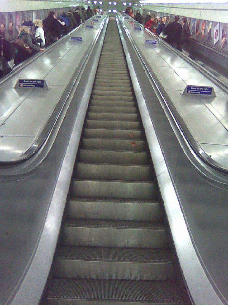 London_angel_tube_middle_escalator_upwards