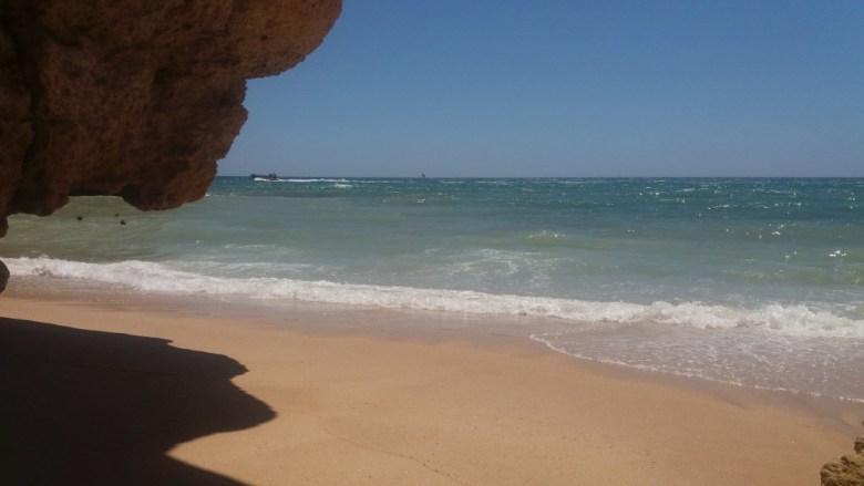 La umbra unei grote din Praia da Marinha