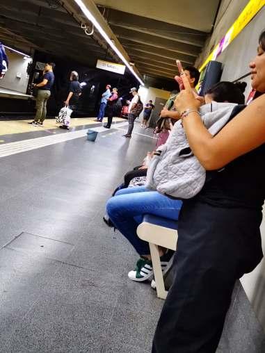 femme_metro_buenos_aires_sac_a_dos_securite_ventre