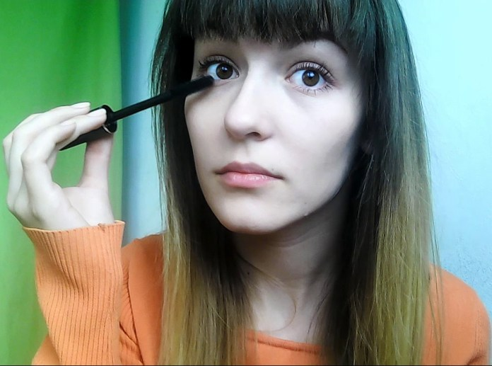 How to apply a minimal everyday make-up look - applying mascara