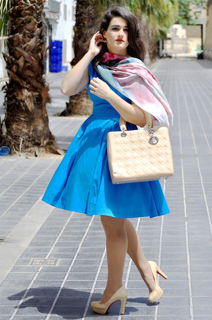 Amanda Ramon Valencia Spain blogger at Something Fashion blog wearing nude beige pumps with blue dress