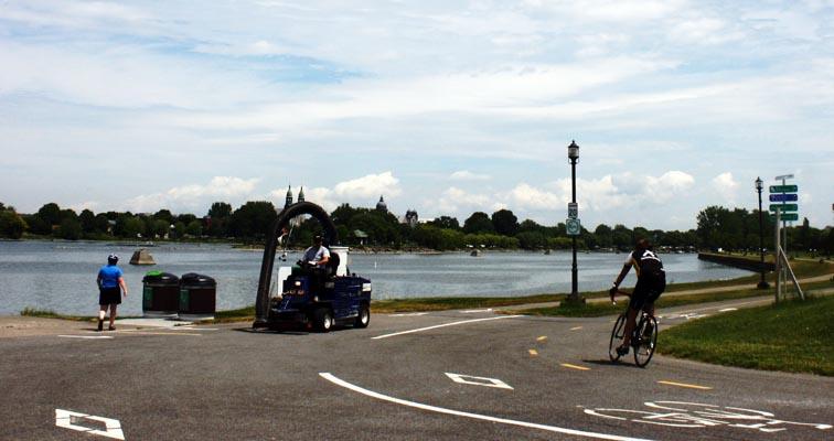 Vous êtes arrivés à la Voie maritime du Saint-Laurent, et vous pouvez regarder le lac Saint-Louis.
