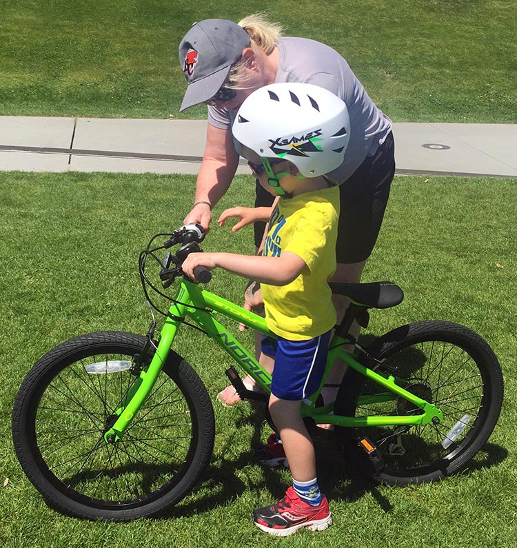 8 Steps to Teach a Child to Ride a Bike. Show your child how to use hand brakes on his bike, and let him practice in safe conditions. How to teach a child to ride a bike