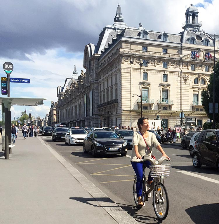 Parisians seem to hop on bikes as casually as they might hop on a bus. No one dresses up for cycling, and almost no one wears helmets. How to Use a Velib Bike in Paris