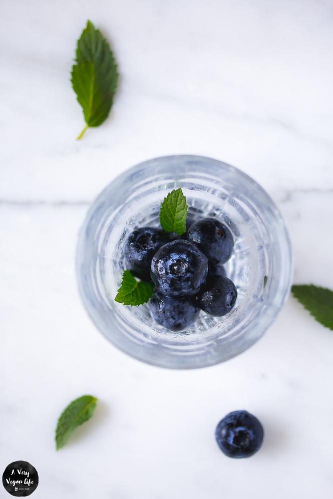 Projekt Wasserwoche mit Infused Water, Wasserglas mit Blaubeeren und Minze