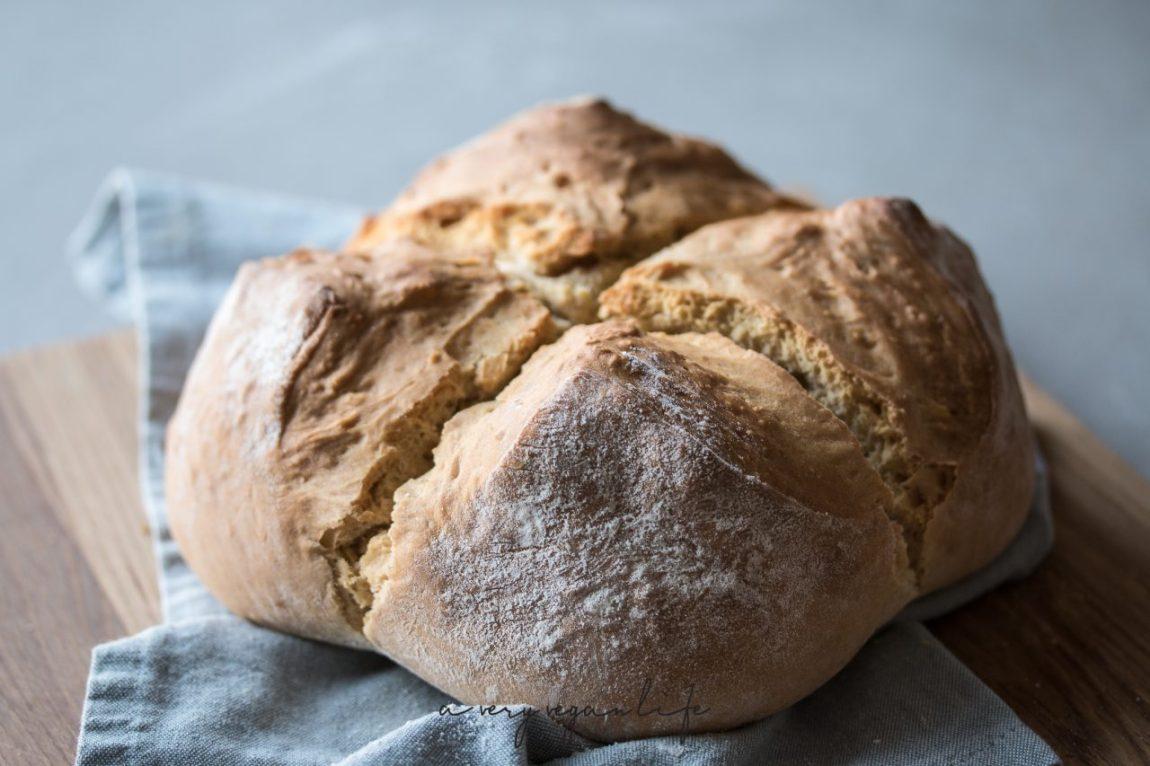 Soda Bread, selbstgebackenes Brot mit Kreuzschnitt