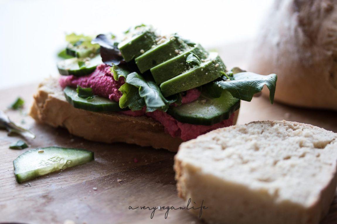 Selbstgebackenes Brot mit Rote Beete-Aufstrich und Avocado und Gurke