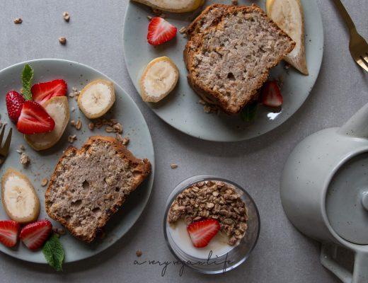 Veganes Banana Bread mit Haselnüssen