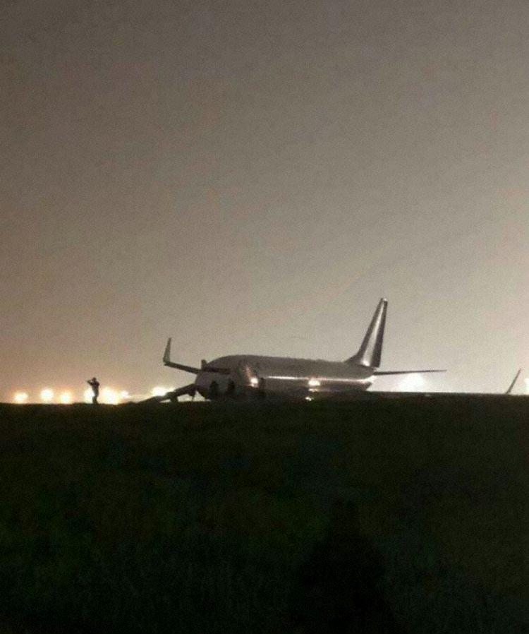 El avión visto fuera de la pista