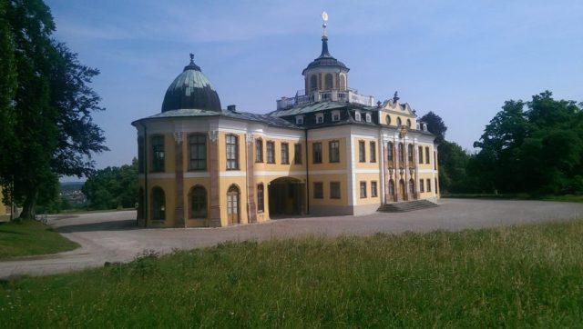 Dieses Schloss heißt nach dem, was es bietet: Belvedere - schöner Ausblick. Von ihm aus hat man eine herrliche Sicht auf die im Tal liegende Stadt Weimar (links im Bild).