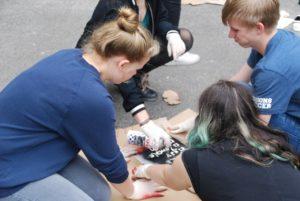 Schülerinnen und Schüler beim Besprühen der Beutel