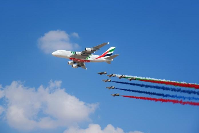 Dubai Airshow é aberto com um sobrevoo inédito do Airbus A380 da Emirates. Acompanhe as encomendas realizadas no evento.