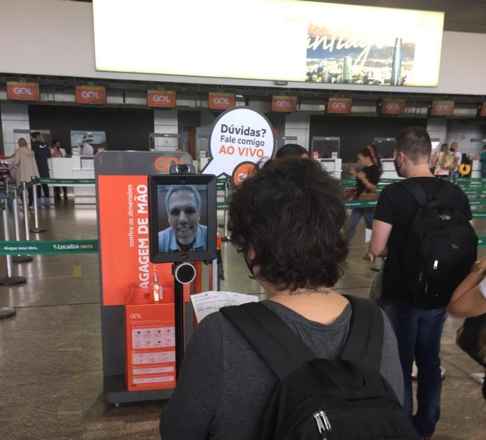 Paulo Kakinoff, presidente da Gol, pilotou robô de telepresença, hoje, em Guarulhos
