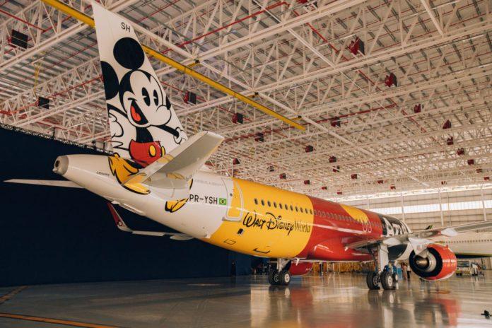 Primeiro dos quatro aviões da Azul com a pintura da Disney é apresentado em Campinas