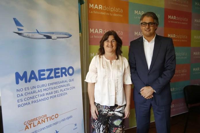 Gabriela Magnoler (Pte. de Ente Municipal de Turismo de Mar del Plata) y Diego García (Director Comercial de Aerolíneas Argentinas).
