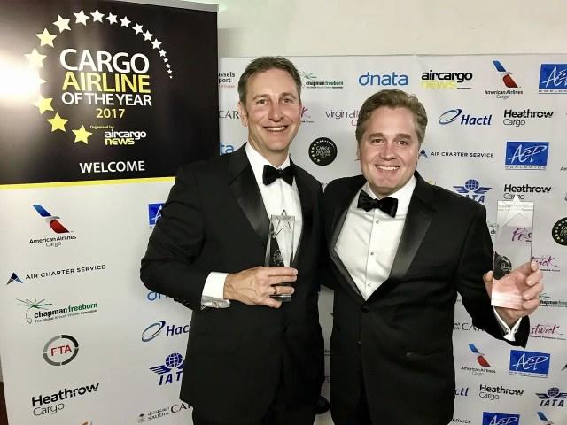 Tristan Koch y Rick Elieson, director de ventas y presidente de cargas en American Airlines respectivamente.