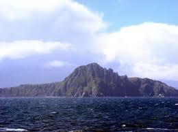 Cabo Horn. A 55º de latitude Sul, fica sobre o Estreito de Drake, que separa a Antártida  da América do Sul. O nome é da cidade holandesa que armou os navios que exploraram a zona pela primeira vez
