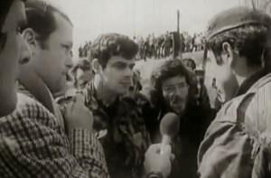 Diniz Almeida parlamentando el 11 de marzo de 1975
