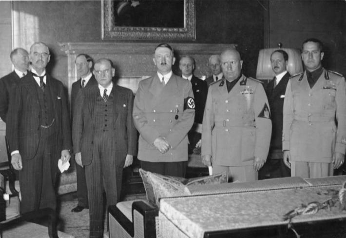 Da esquerda para a direita: Chamberlain, Daladier, Hitler, Mussolini e Ciano. Obrigado aos Arquivos Federais da Alemanha, UstinadiabemELBE e Wikimedia Commons