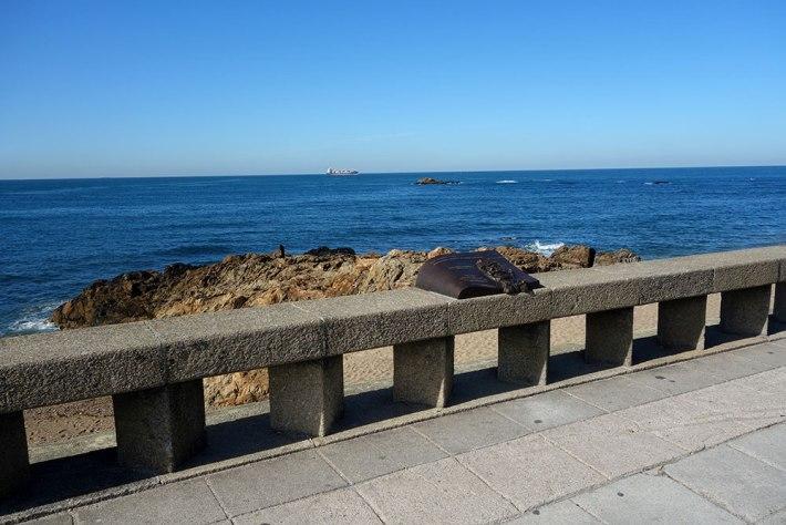 Nova placa comemorativa, com o mar e o Gilreu, como pano de fundo