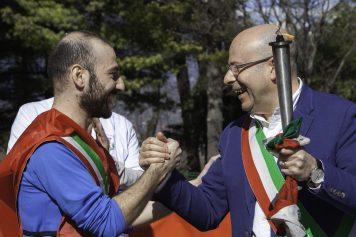 Il passaggio della torcia al sindaco di Buttigliera Alta