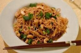 Vegan Asiatische Nudeln mit Sojaschnetzel, Frühlingszwiebeln und Cashewkernen