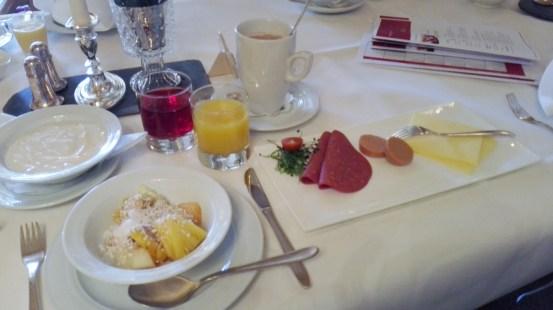 Frühstück mit Sojajoghurt, veganer Wurst und Käse - extra für mich