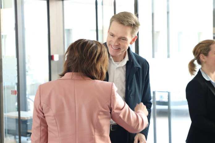 Kristian Thulesen Dahl besøgte Fredericia Sundhedshus. Her modtages han af partifællen og FT-kollegaen, Susanne Eilersen. Foto: Thomas Lægaard, Fredericia AVISEN.