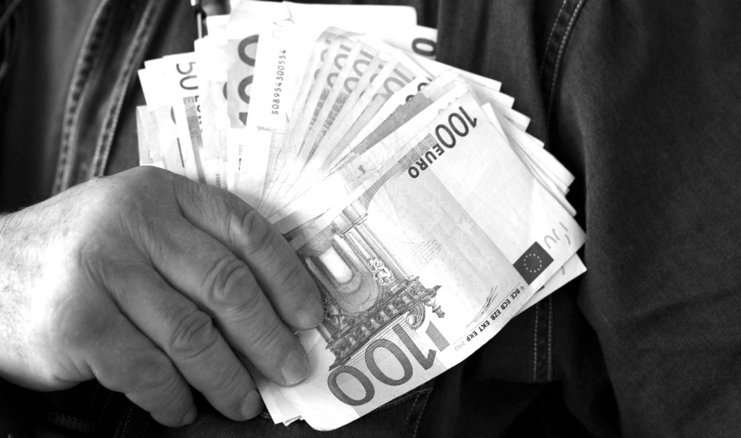 main-avec-billets-euro1