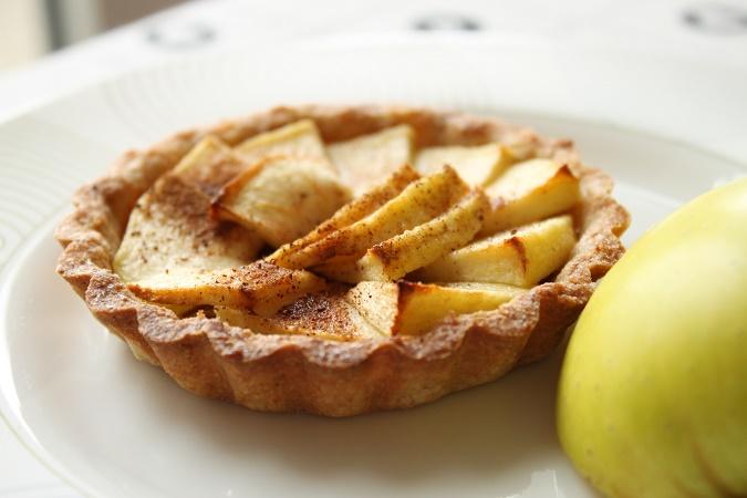 Tartelettes aux pommes sur un lit de praliné