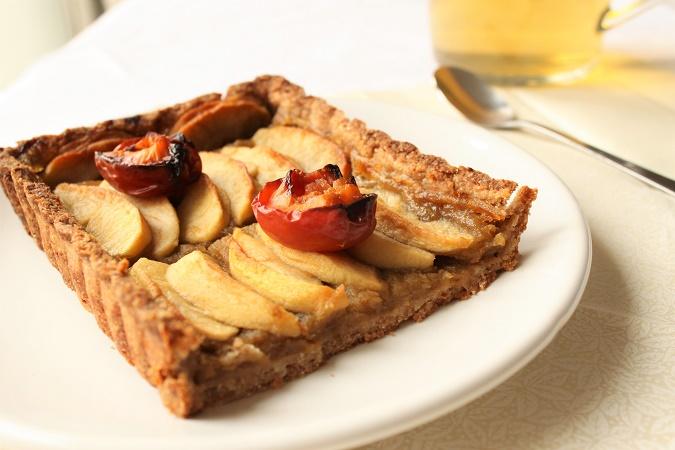 Tarte aux pommes, prunes et sirop d'érable