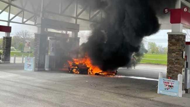 Лимитириванный суперкар McLaren выгорел дотла на АЗС - эффектные фото 3