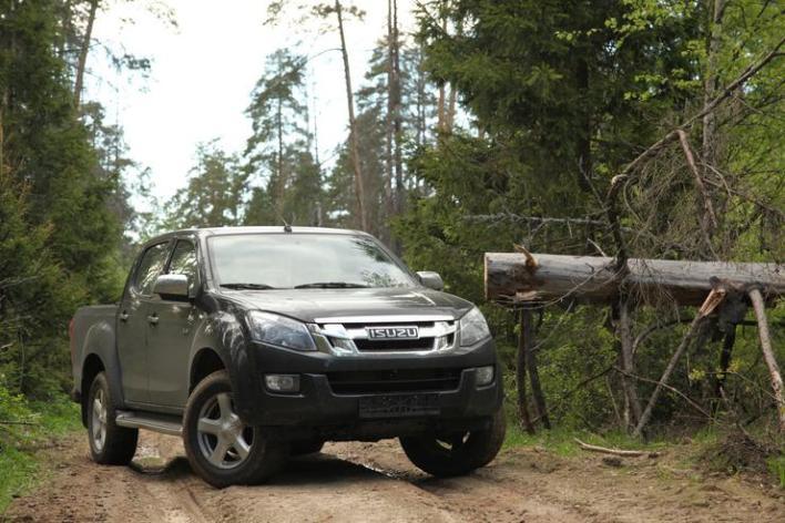 Isuzu D-Max на лесной дороге.