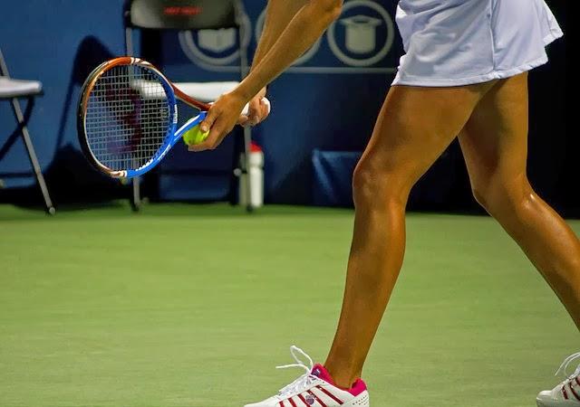 tenis-piernas-mujer-saque