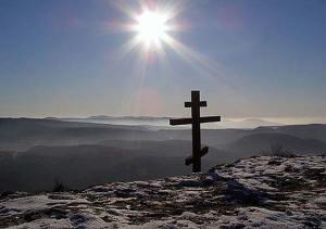 Крест над скальным обрывом, установленный над монастырем