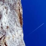 Скала, нависающая над монастырем. Фото мое © 2009