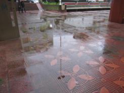 A auga apoza na praza do Mercado.