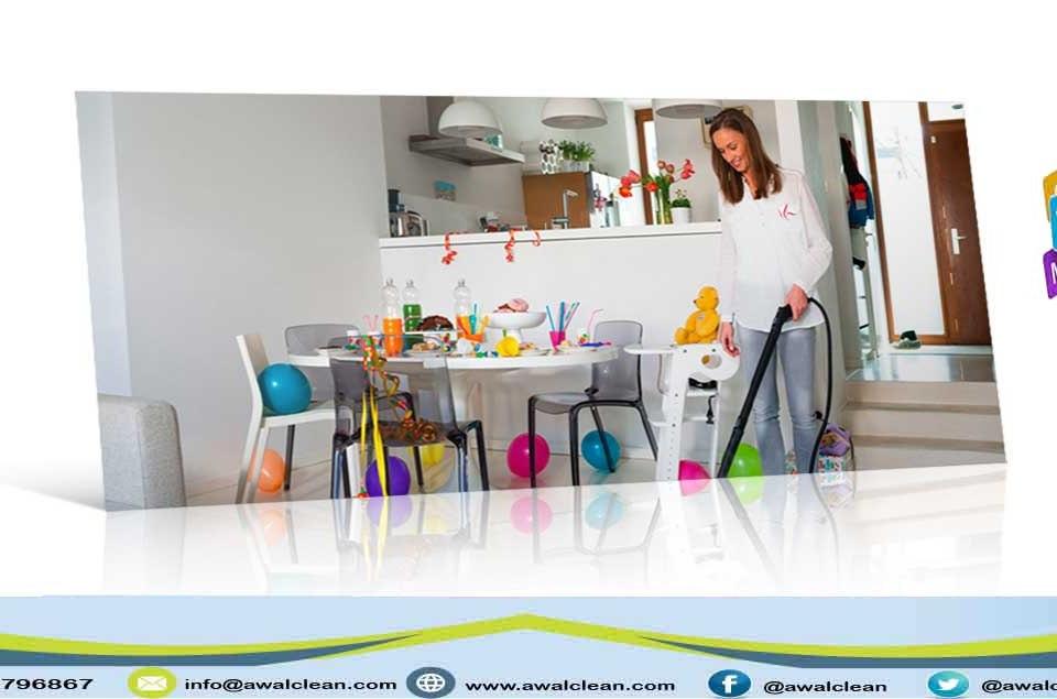 امرأة تقوم بأعمال التنظيف