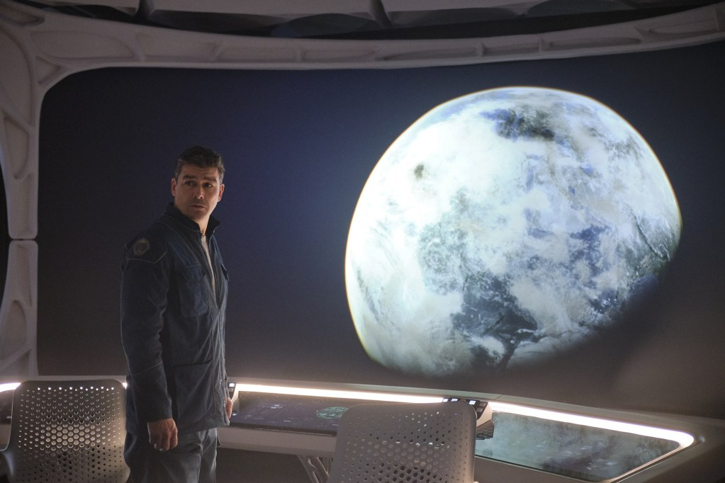 THE MIDNIGHT SKY (2020) Kyle Chandler as Mitchell. Cr. Philippe Antonello/NETFLIX ©2020